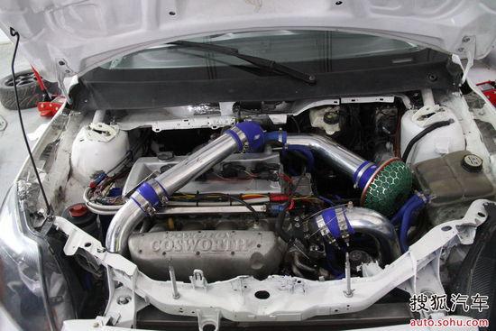 二、动力改装:锻造的发动机内部零件  对于竞技车来说,最大的改动理应在动力方面,正如这辆车的发动机,此车源用原厂的2.0T发动机,但是发动机内部的活塞、连杆、大小瓦、曲轴全都换成了锻造的加强部件,专门为涡轮车竞技而设计。   巨大的光滑铝合金进气管,增大进气量的同时,圆滑的过渡也更利于空气的流通。   高流量冬菇头远离温度较高的发动机以及涡轮,充分保证进入发动机的空气都是低温高密度空气。  为了加强赛车在竞技时的稳定性,最原始的三点加固措施都已经被运用。排气系统是通过发动机的具体情况来设计的,属于定制范围