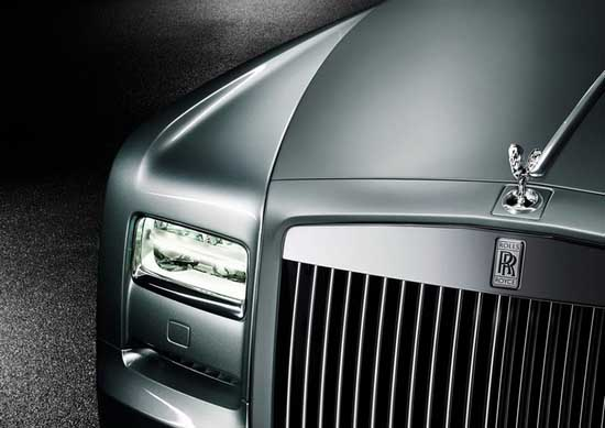 近日,劳斯莱斯汽车宣布发布幻影双门Coupe飞行家典藏版车型,其将限量生产35台。新车拥有独特的设计概念及颜色组合,并采用了全新的材料。这35辆中的第一辆车在美国圆石滩汽车盛会上首次亮相,随后开始接受客户预订。 典藏版车型灵感来源于劳斯莱斯汽车创始人之一查尔斯斯图尔特劳斯先生,以及曾在施耐德杯飞行赛(Schneider Trophy)中屡获桂冠的传奇Supermarine S6B飞机(该机采用了劳斯莱斯R型发动机)。该典藏版车型是对人类不断挑战并完善自我的精神的讴歌。正是这种精神促使这位英国英雄率领劳斯