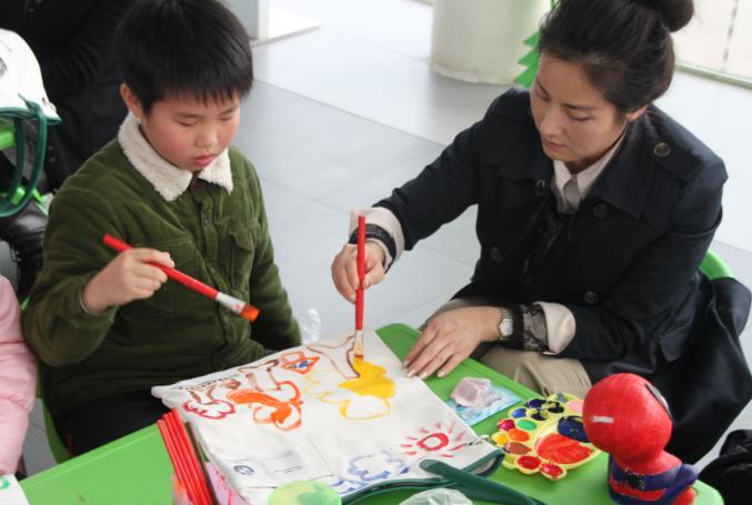 宝莲升举办迎元宵儿童石膏涂鸦活动