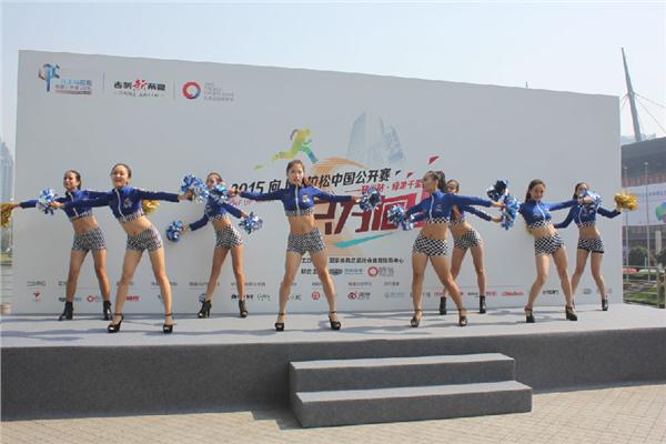 与明星一起攀爬中原第一高楼!8月22日,2015向上马拉松中国公开赛郑州站正式开赛,保剑锋、马艳丽等明星前来助阵领跑,还有来自河南、陕西等多地的600余名选手和帝豪车主参赛。    2015向上马拉松中国公开赛,由国家体育总局社会体育指导中心主办,吉利汽车与时尚集团联合主办。从7月11日在北京正式开赛以来,已经在北京、沈阳、重庆、长沙、青岛五站成功举行,共吸引了数万人报名。其中包括唐嫣、谢娜、胡彦斌、周韦彤、魏晨等数十位明星,以及2000多名分赛区选手及吉利帝豪车主参赛。作为活动的第六站,选手们将向高28