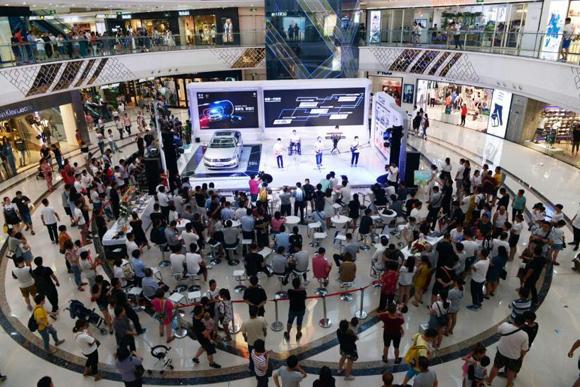 嗨翻活动现场,吸引了整个商场人群目光聚焦展台.