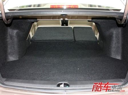 尚悦的后排座椅可以折叠,便于放置超长行李,这些都是瑞纳所不具备的.
